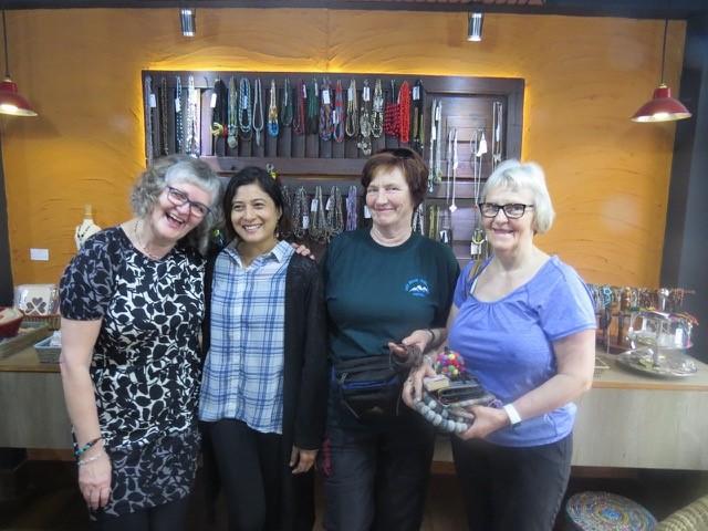 Her møter Tone og hennes venner Bimala i Nepal. Bildet er tatt i butikken til Higher Ground. HimalPartner var med å støtte dette prosjektet tidligere.