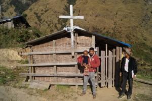 Kirken i landsbyen. Pastor Min Badhur med sønnen Simon (til v.) og Ram Badhur (til høyre)