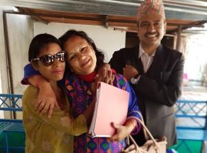 Sharmila og Matrika (i bakgrunnen) leder Koshish. Her sammen med en ung kvinne. (Foto: Heidi Westborg Steel).