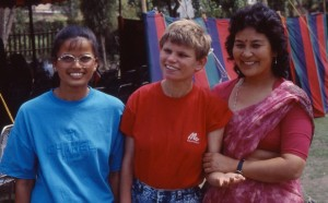Marianne i midten, sammen med Tulsa (t.v.) og en annen hjelper.